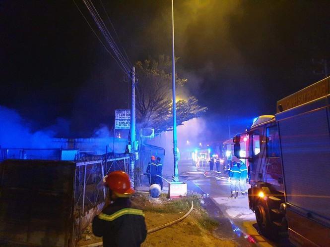 Lực lượng chức năng điều 6 xe cứu hoả đến hiện trường